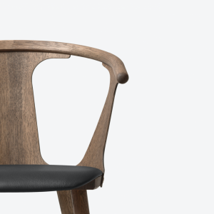 In Between Chair SK2 Smoked Oak/Black Leather